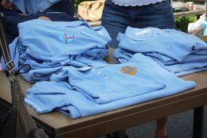 Poloshirts und T-Shirts mit unterschiedlichen Logos